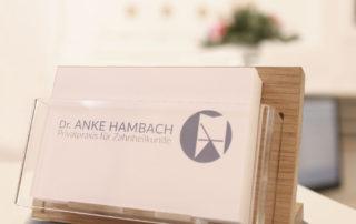 Visitenkarte mit Logo Dr. Anke Hambach, Issum, Privatpraxis für Zahnheilkunde, Zahnarztpraxis