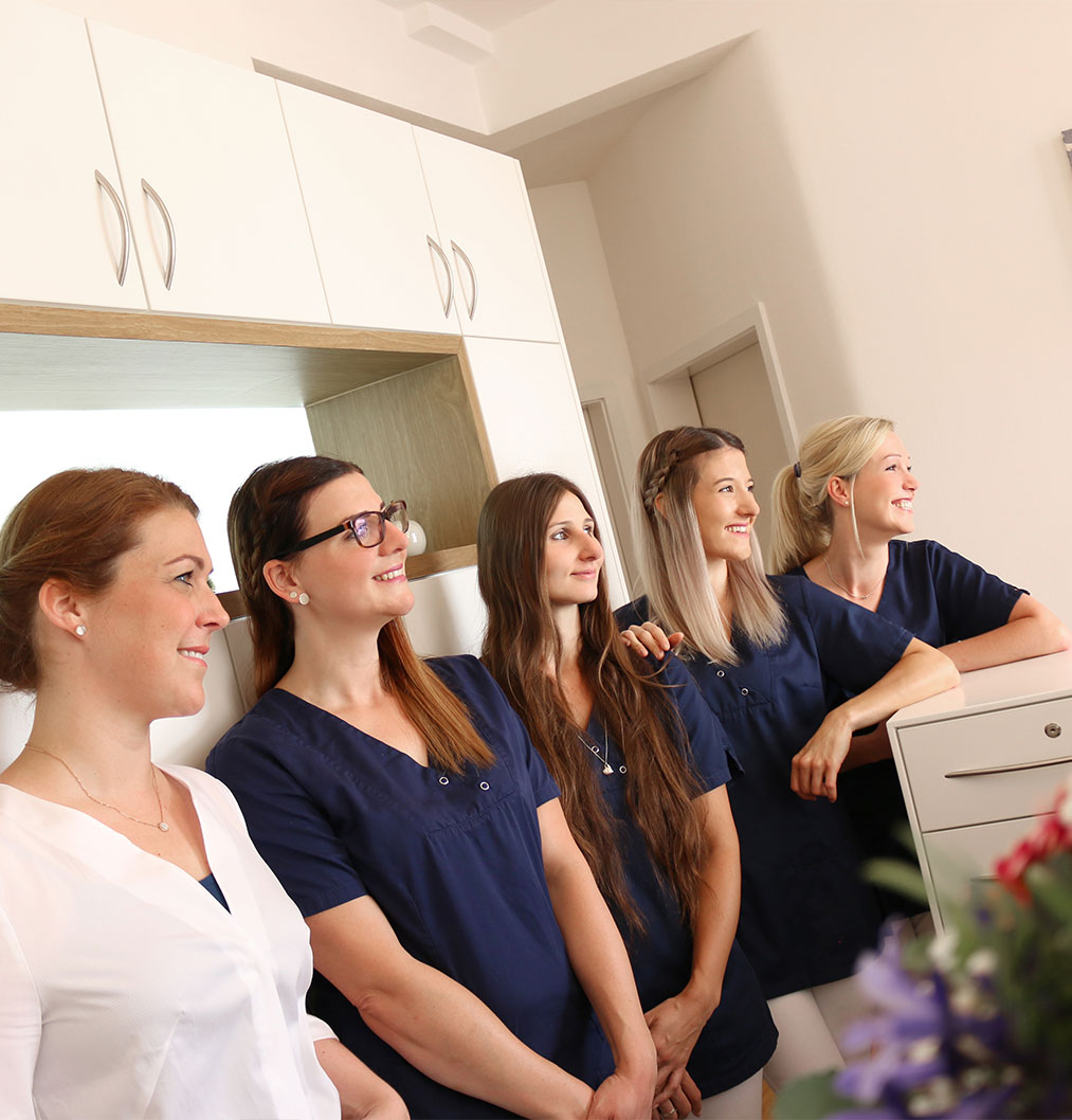 Praxisteam, Team, Gruppenfoto Zahnärztin mit Zahnarzthelferinnen, Privatpraxis für Zahnheilkunde, Zahnärztin, Zahnarzt, Dentist, Dr. Anke Hambach, Issum, Niederrhein