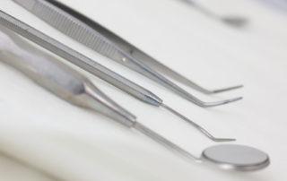 Zahnarztbesteck, Spiegel, Prophylaxe, Zahngesundheit, Mundhygiene, Zahnhygiene, Chirurgie, Kontrolle, Privatpraxis für Zahnheilkunde, Zahnärztin, Zahnarzt, Dentist, Dr. Anke Hambach, Issum, Niederrhein