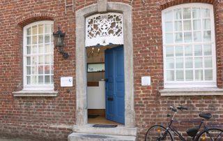 Eingangsbereich Haus Saal mit blauer Tür, Privatpraxis für Zahnheilkunde, Zahnärztin, Zahnarzt, Dentist, Dr. Anke Hambach, Issum, Niederrhein