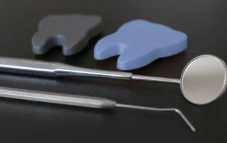 professionelle Zahnreinigung, Zahnarztbesteck, Prophylaxe, Mundhygiene, Zahngesundheit