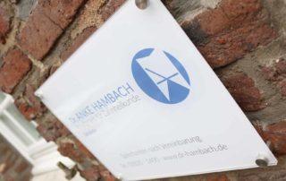 Logo, Schild am Haus Saal in Issum, Dr.Anke Hambach, Corporate Design, blau, Zahnarztpraxis, Privatpraxis für Zahnheilkunde